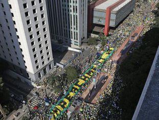 Em São Paulo, faixa cobra a saída de Dilma do Governo.
