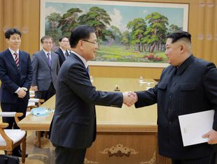 O assessor de segurança sul-coreano, Chung Eui-yong, cumprimenta o ditador norte-coreano, Kim Jong-un, na terça-feira desta semana