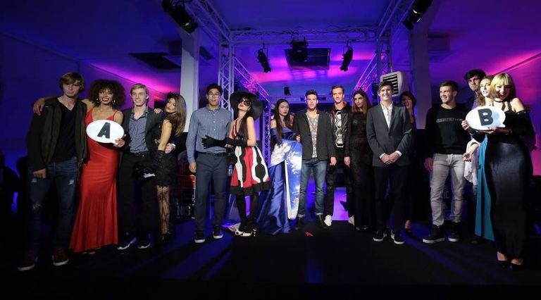 Os jogadores e as modelos que protagonizaram no domingo o polêmico evento inaugural do torneio NextGen ATP.