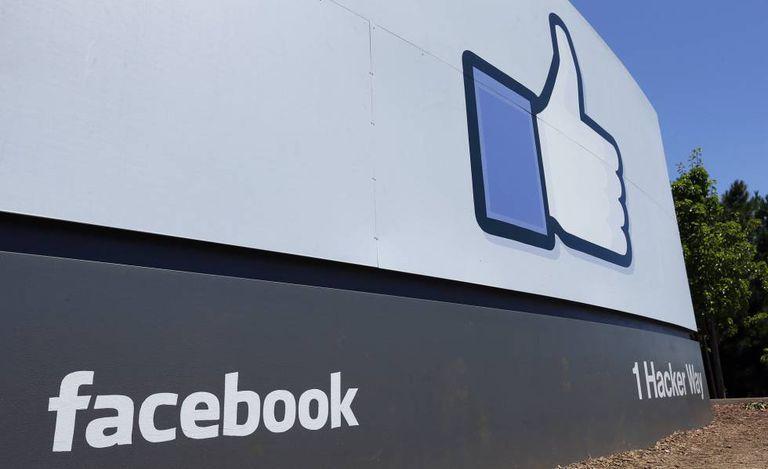 Imagem da entrada da sede do Facebook em Menlo Park, na Califórnia.