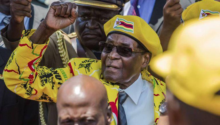 Mugabe saúda seus partidários dia 8 de novembro.
