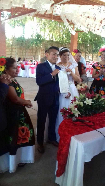 O casal realizou a união civil mais tarde, depois de que terminou o bloqueio nas ruas do centro de Oaxaca.