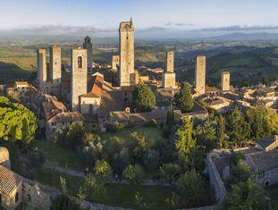 Do alto das torres de San Gimignano se divisa uma região de prados, colinas tão ondulantes como os quadris de Monica Belucci e esguios ciprestes que pespontam os caminhos. Este pequeno povoado toscano foi um núcleo urbano importante na idade Média, quando a principal estrada que unia a Itália ao restante da Europa, a via Francigena, lhe trouxe prosperidade. Dessa época datam seus principais monumentos, concentrados ao redor das praças da Cisterna e da Catedral, com edifícios medievais como o palácio Tortolini Treccani, as torres Güelfas Gêmeas e o palácio Vecchio del Podestà.