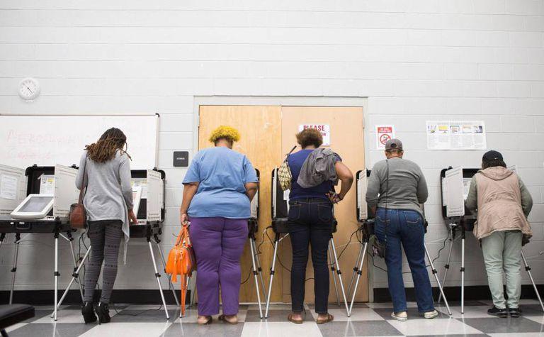 Pessoas votam antecipadamente em um colégio de Atlanta.