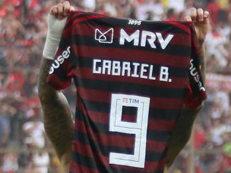 Gabigol mostra a camisa após marcar o segundo gol.