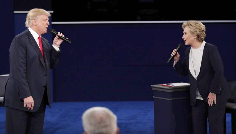 Os candidatos à presidência falam durante o debate.