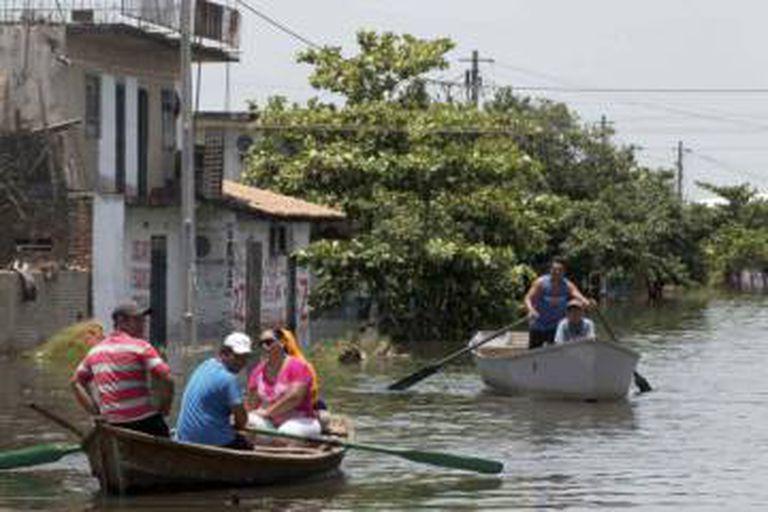 Ruas de Assunção, no Paraguai, ficaram inundadas.