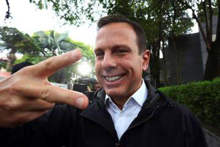 """João Doria, eleito prefeito da capital paulista no primeiro turno, fazendo o gesto símbolo do slogan de sua campanha: """"Acelera, São Paulo""""."""