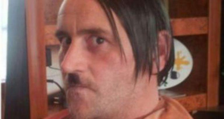A foto que Bachmann, caraterizado como Hitler, publicou no Facebook.