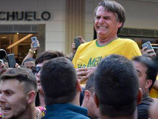Bolsonaro é atingido por faca durante ato de campanha.