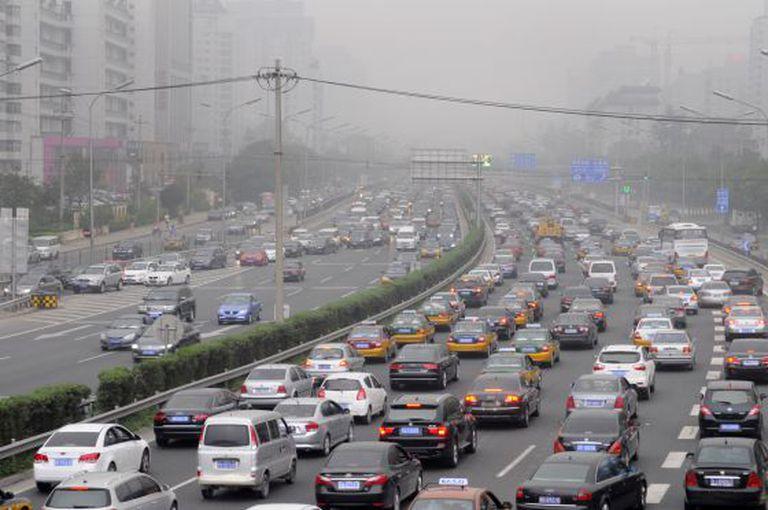 Carros engarrafados sob uma camada de poluição em Pequim.