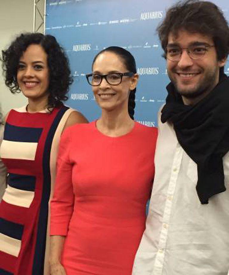 Sonia Braga com atores de 'Aquarius' no lançamento do filme em SP.