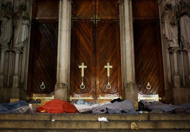 Moradores de rua em frente à igreja da Sé, em São Paulo.