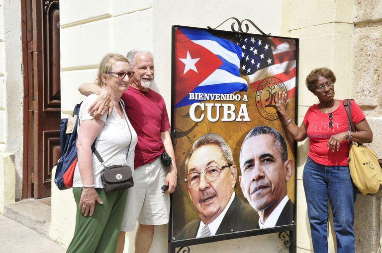 Os turistas Hale e Madeline Kronenberg (esq.) neste domingo em Havana.