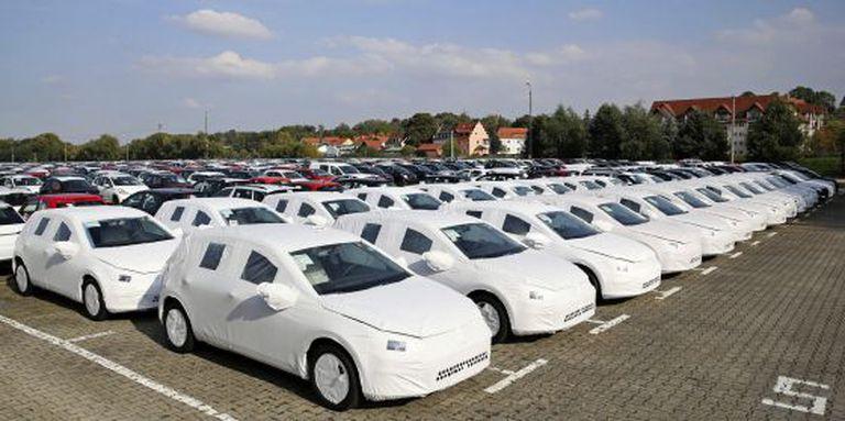 Veículos Golf recém-fabricados à espera de serem transportados, no pátio de uma empresa de logística em Gössnitz (Alemanha).
