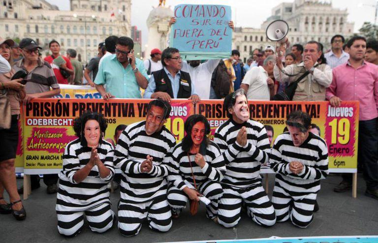 Entidades civis fazem passeata em Lima para condenar os casos de corrupção.