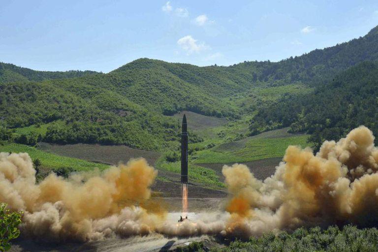Foto distribuída em 4 de julho pelo Governo da Coreia do Norte mostra o que supostamente seria um míssil intercontinental