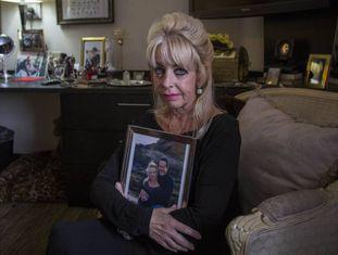 Deborah Brooks com uma foto de seu falecido marido, Dean, no quarto dela, na quinta-feira passada.