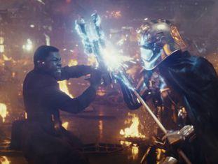 Finn (John Boyega) luta contra o capitão Phasma (Gwendoline Christie), em 'Os Últimos Jedi'.
