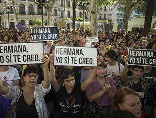 Protesto em Sevilha (Espanha) contra o grupo de abusadores La Manada.
