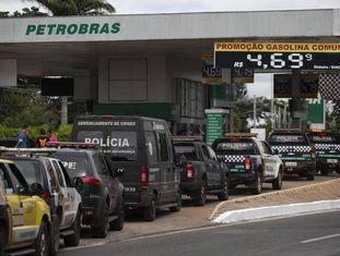Em Brasília, frota da polícia faz fila para abastecer carros, mas greve dos caminhoneiros deixa sem combustíveis maioria dos postos do país, nesta sexta-feira.