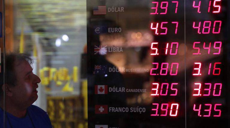 Cotações e moedas estrangeiras em uma casa de câmbio no Rio de Janeiro