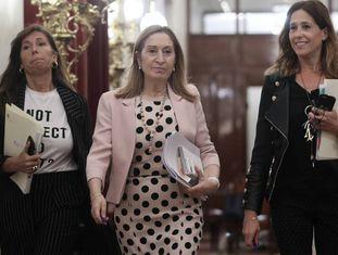 Alicia Sánchez-Camacho, Ana Pastor e Rosa María Romero se dirigem à reunião da Mesa do Congresso.