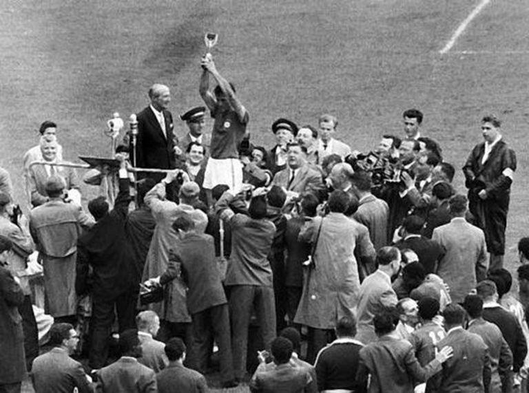 Bellini levanta a Copa do Mundo em 1958, na Suécia.