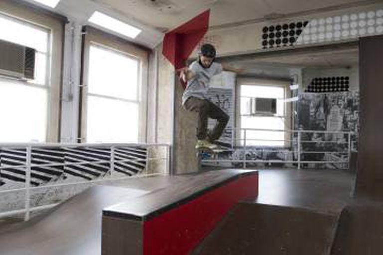 Pista de skate dentro do edifício