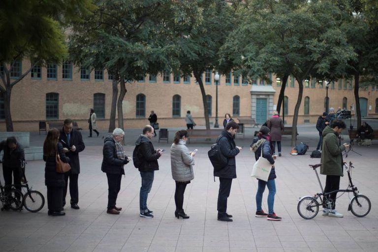 Fila para votar em uma escola em Barcelona.
