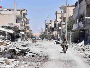 Soldado sírio inspeciona a cidade de Al Quariatain na segunda-feira, depois da expulsão do ISIS.