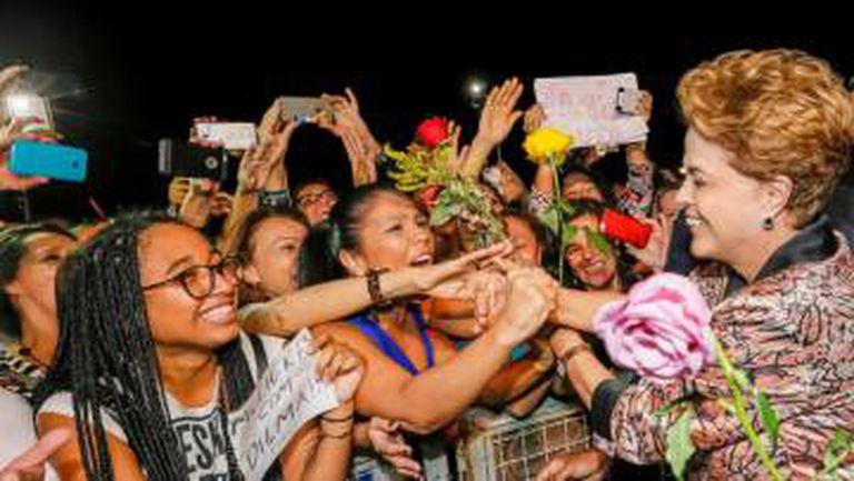 Dilma com mulheres em ato na frente do Planalto