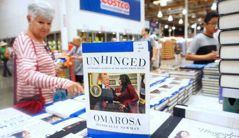 Uma mulher olha o livro numa livraria da Califórnia.