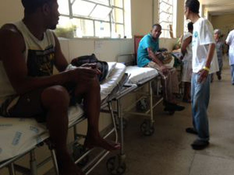 Pacientes são colocados em macas no corredor, onde dormem por várias noites, no hospital Julia Kubitschek.