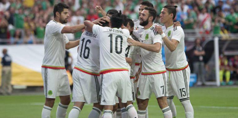 Jogadores do México comemoram o primeiro gol.