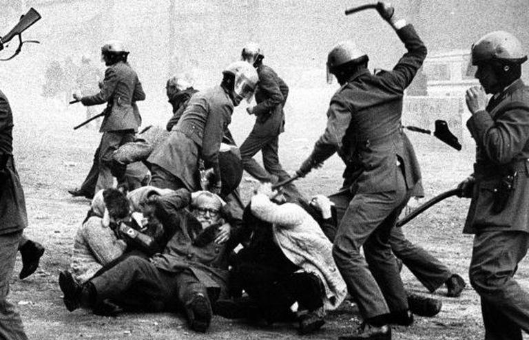A polícia reprime uma manifestação pró anistia em 1976, em Barcelona.