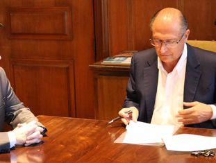 O deputado estadual Coronel Camilo (PSD), em reunião com o governador de São Paulo, Geraldo Alckmin (PSDB)