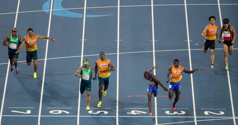 Chegada na meta na final dos 200m (T11) do último dia 15 no estádio olímpico.
