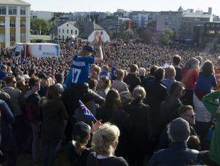 Milhares de pessoas recebem os jogadores da Islândia, que alcançaram as quartas da Eurocopa, como heróis em uma festa em Reikiavyk