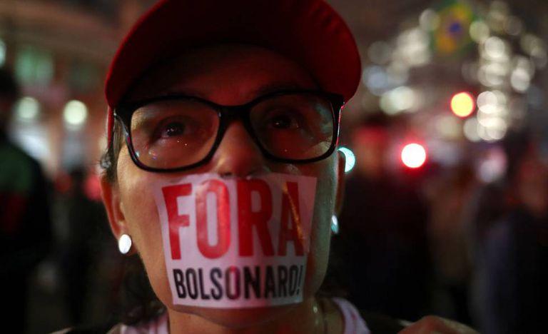Manifestante em protesto contra o presidente em São Paulo no dia 13 de agosto.