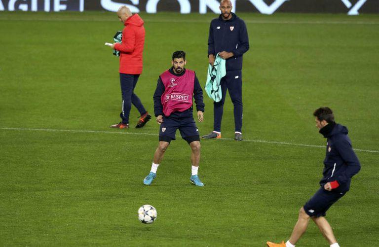 Jogadores do Sevilla treinam na véspera do duelo contra o Manchester United em Old Trafford.