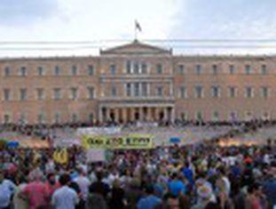 Os manifestantes pedem ao Governo que não ceda às exigências de Bruxelas. Muitos cartazes a favor do  Grexit