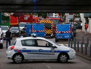 Polícia mata dois homens, armados com facas, que capturaram cinco pessoas feitas reféns