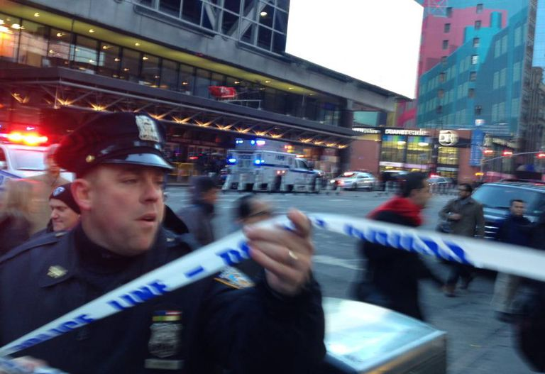 Policial isola área próxima à região da Times Square após explosão.