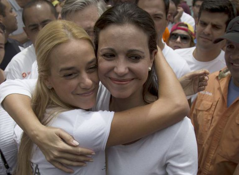 Machado (à direita) abraça Lilian Tintori, esposa de Leopoldo López.