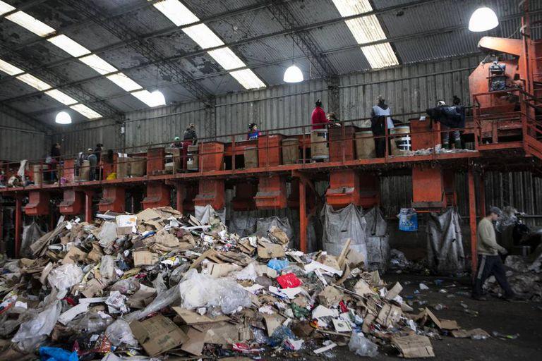 A cooperativa de reciclagem de resíduos Bella Flor, em pleno funcionamento.