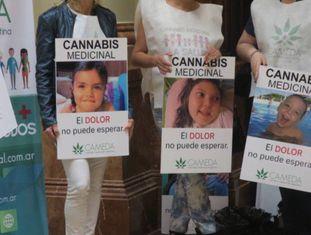 Mães de pacientes acompanham o debate no Congresso Nacional.