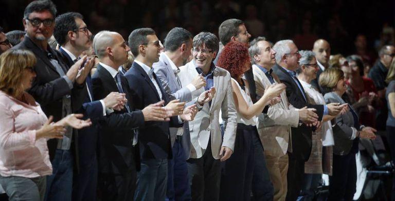 O presidente da Generalitat, Carles Puigdemont (centro), participa do encontro de Coros Infantis da Catalunha no Palau Sant Jordi, de Barcelona.