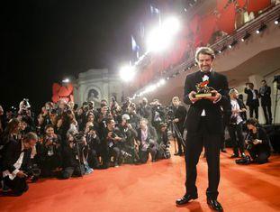 O diretor Lorenzo Vigas, com o Leão de Ouro que recebeu como prêmio do Festival de Veneza por 'Desde allá'.