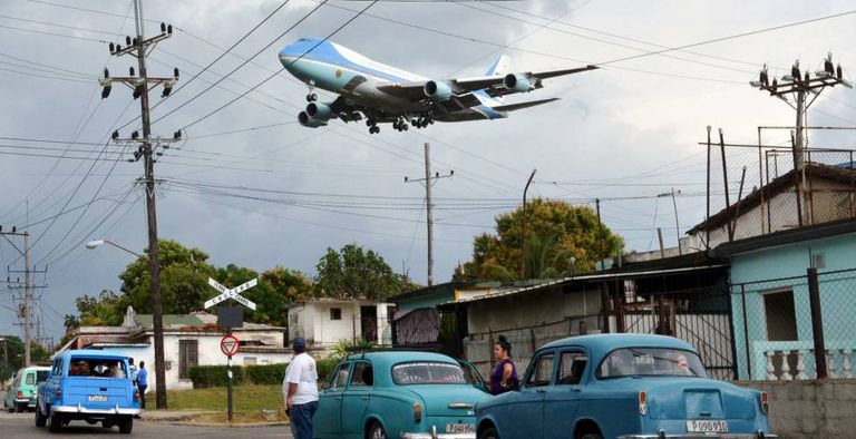 Avião presidencial chegando a Havana